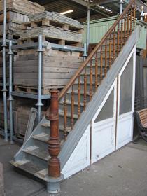 Jan van ijken oude bouwmaterialen b v eemnes houtdelen vuren teak kaasplanken grenen vloerhout - Te vernieuwen zijn houten trap ...